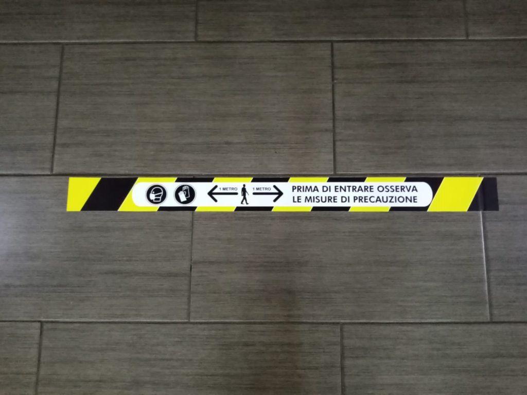 Distanza di sicurezza cartello adesivo